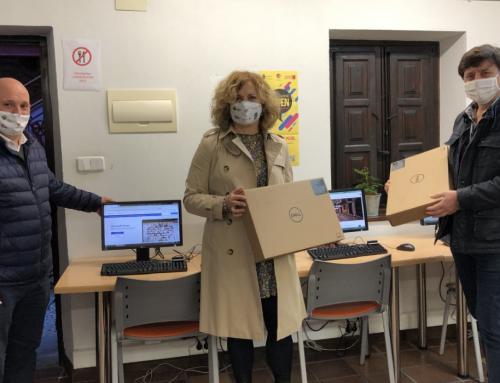 El Ayuntamiento de Santillana del Mar dona seis ordenadores de sobremesa y dos portátiles al CEIP Santa Juliana