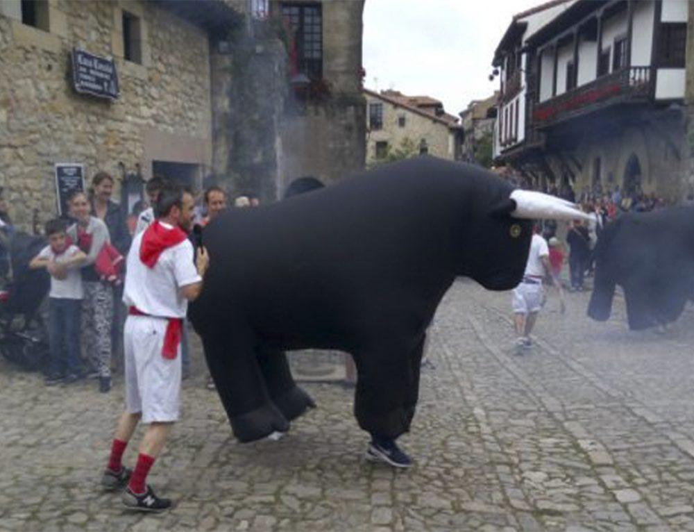 Santillana del Mar celebra su particular San Fermín con sus encierros infantiles.