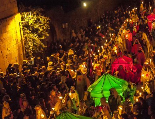 El Auto Sacramental y la Cabalgata de Santillana del Mar celebran su 60 cumpleaños con récord histórico de asistencia.
